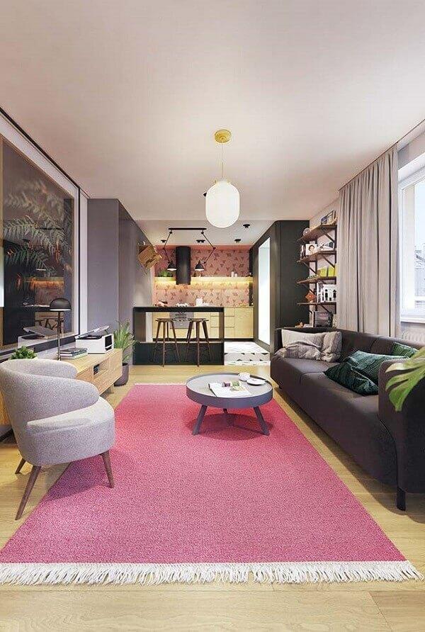 O tapete rosa trouxe alegria para a sala de estar