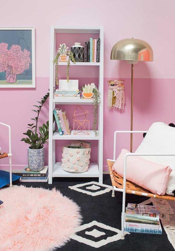 O tapete rosa redondo pode ficar sobreposto a um tapete quadrado