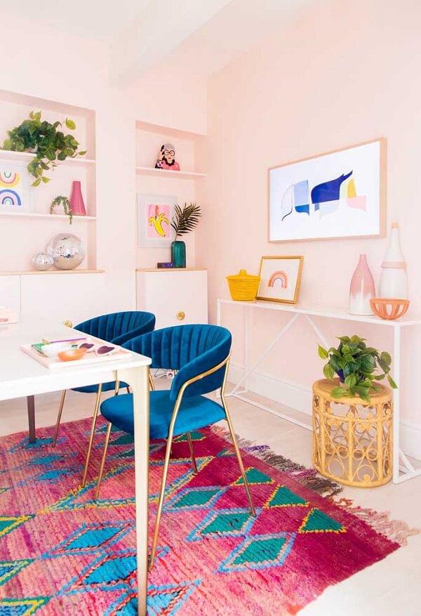 Decoração jovial com tapete rosa estampado