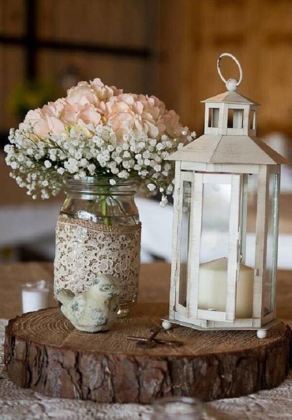Decore o centro de mesa com flor mosquitinho e lanterna marroquina