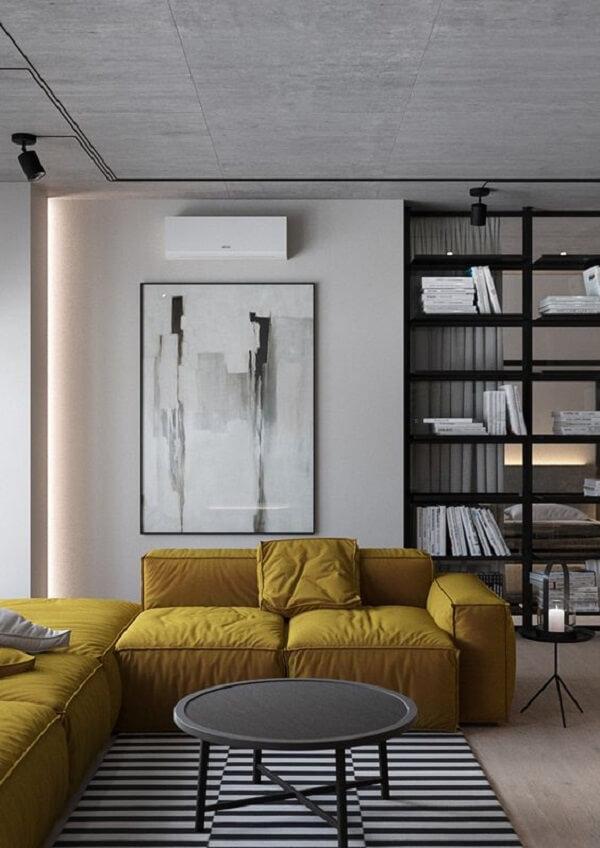 Sala de estar com decoração clean e sofá amarelo