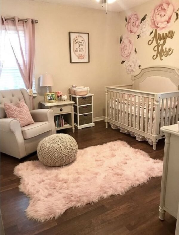 Quarto de bebê com tapete rosa bebê peludo