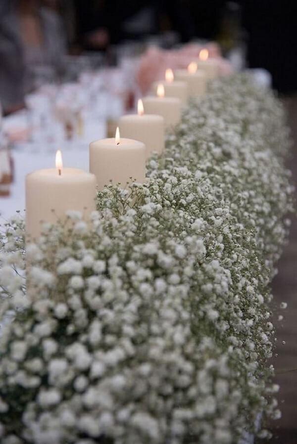 Decoração delicada com flor mosquitinho e velas