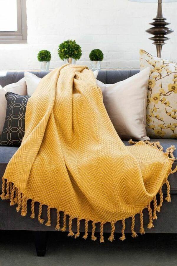 A manta para sofá amarela traz alegria para o ambiente