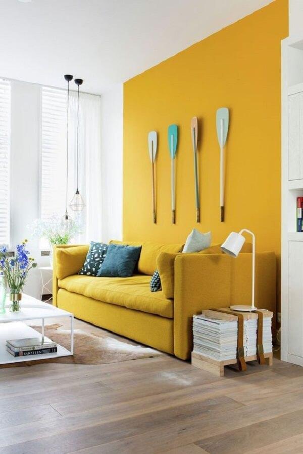 A parede pode seguir a mesma tonalidade do sofá amarelo