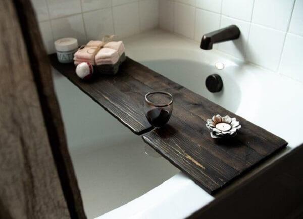 Modelo de bandeja para banheira com encaixe para taça de vinho