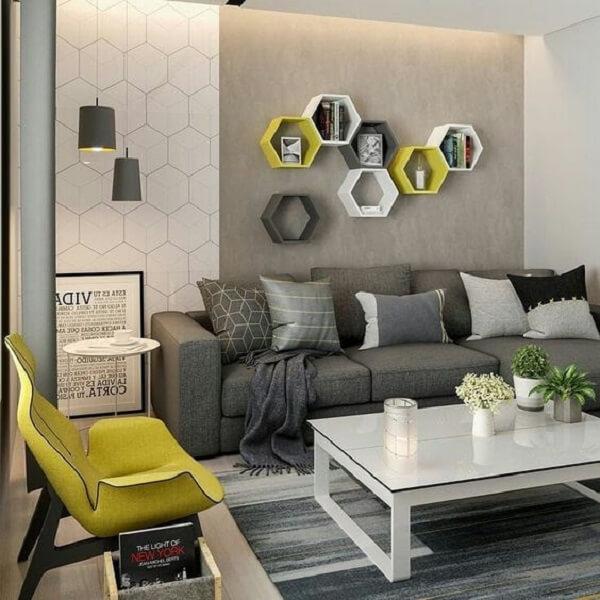 Sala de estar decorada com nichos coloridos em formato hexagonal