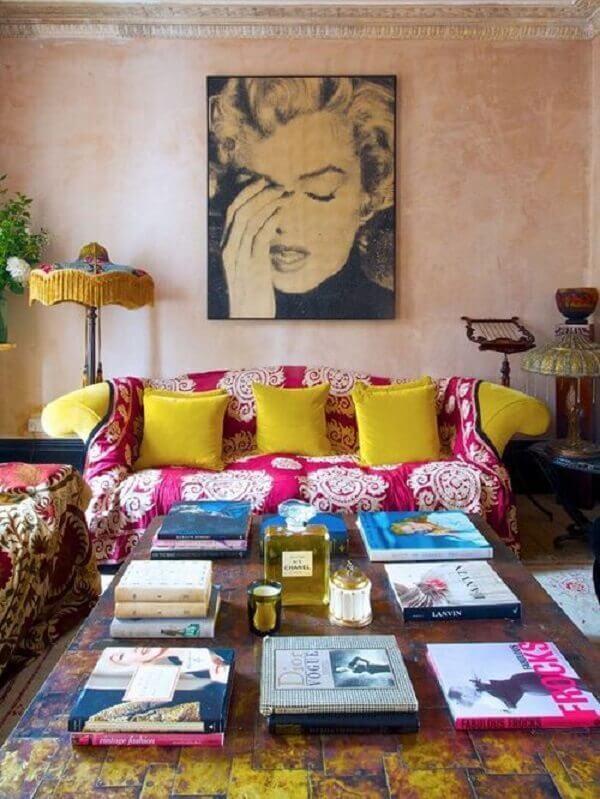 Modelo de manta estampada para sofá amarelo