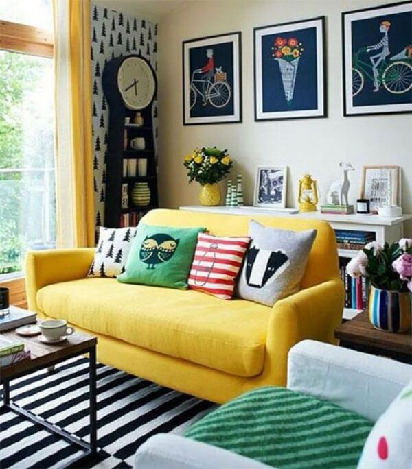Almofadas criativas para o sofá amarelo