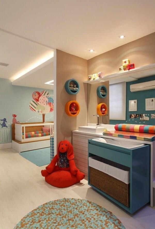Os nichos coloridos para quarto de bebê acomodam os ursinhos de pelúcia