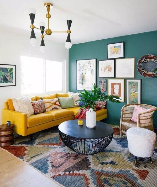 Sala de estar colorida com sofá amarelo de veludo