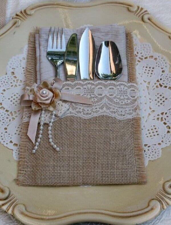 Modelo de porta talheres de tecido juta com renda branca e aplique floral