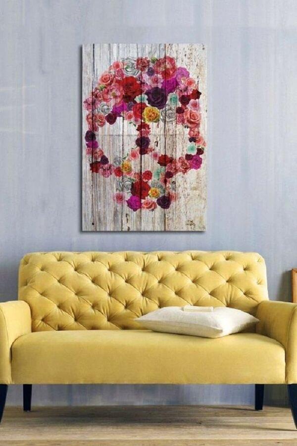 Modelo de sofá amarelo com acabamento em capitonê