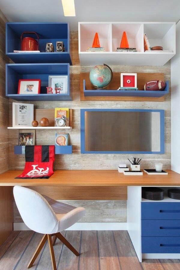 Os nichos coloridos desse quarto serve de apoio para objetos decorativos