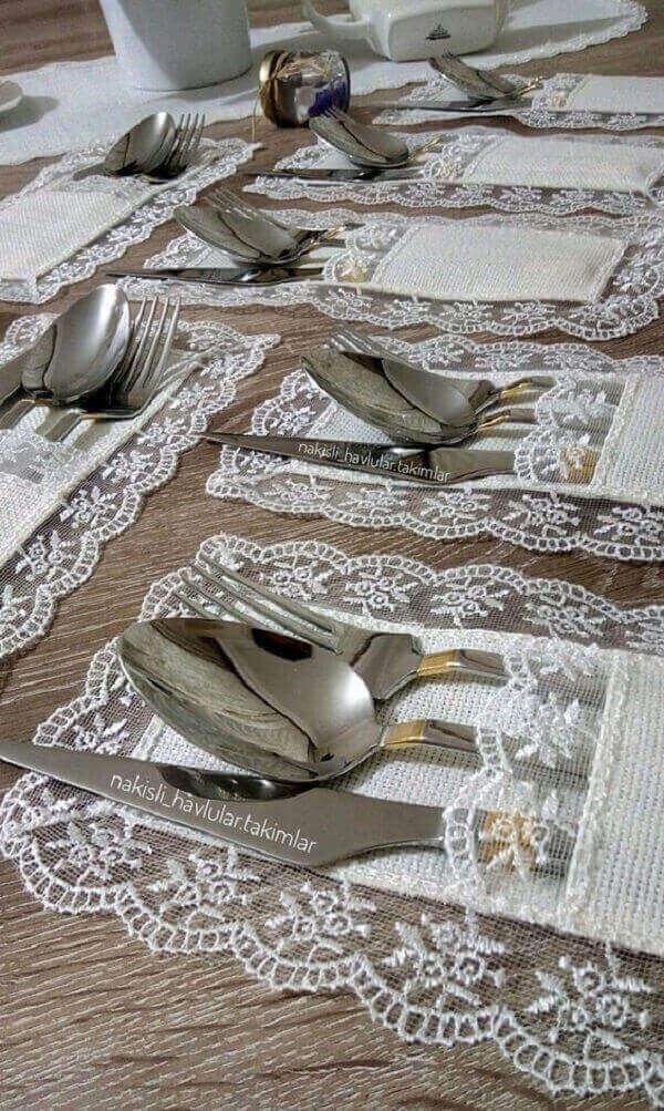 Traga um toque especial para a mesa usando porta talheres de renda