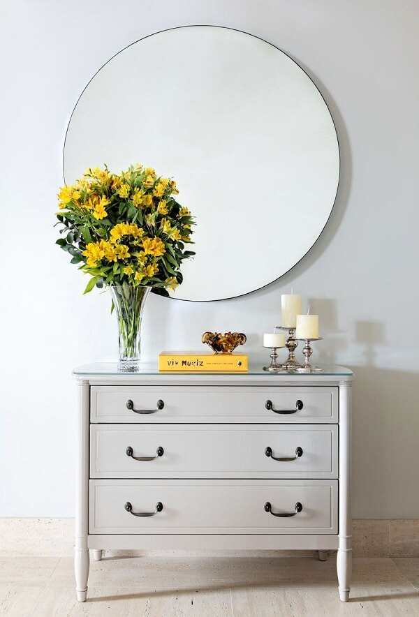 O arranjo floral se destaca no ambiente