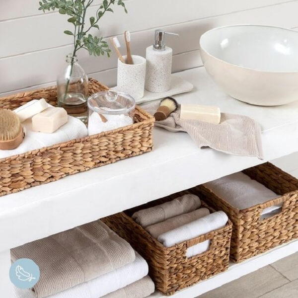 A bandeja para banheiro se harmoniza com o design das caixas organizadoras
