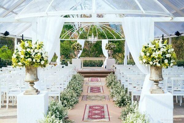 A entrada da noiva foi forrada com flor mosquitinho