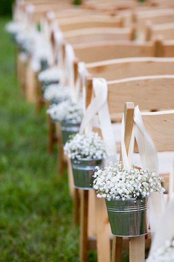 A flor mosquitinho foi fixada na lateral da cadeira