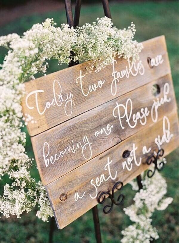 A flor mosquitinho traz delicadeza para a decoração de casamento