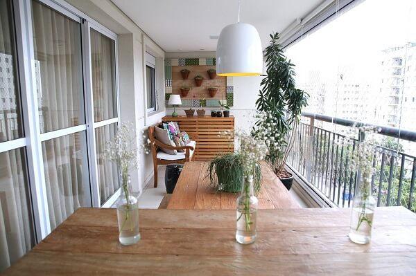 A floreira de madeira preenche a parede da varanda. Fonte: MeyerCortez Arquitetura & Design