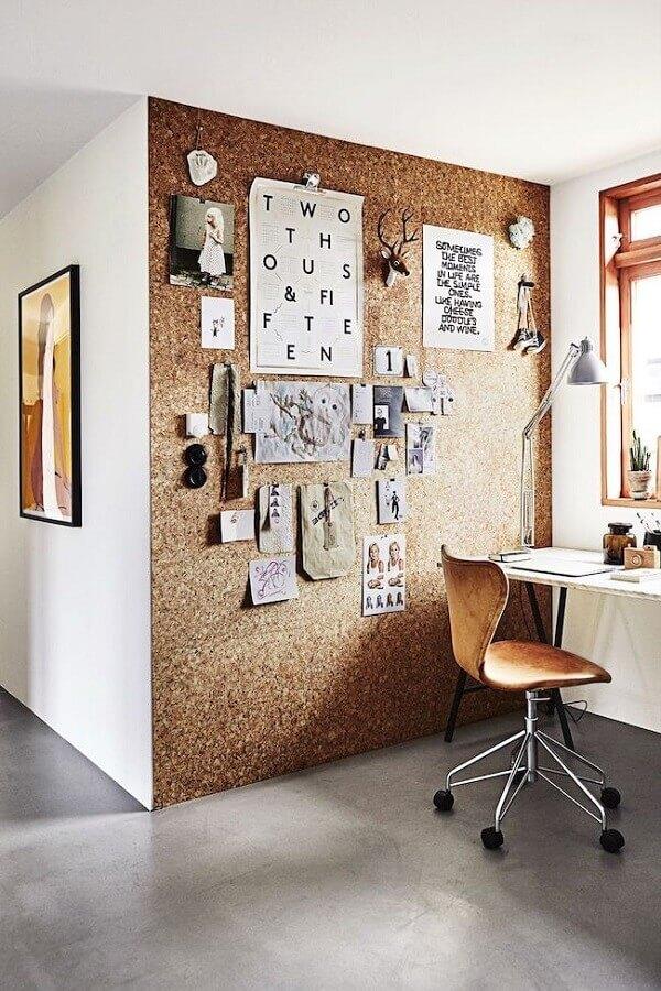 A parede de cortiça deixa o escritório planejado com ar rústico