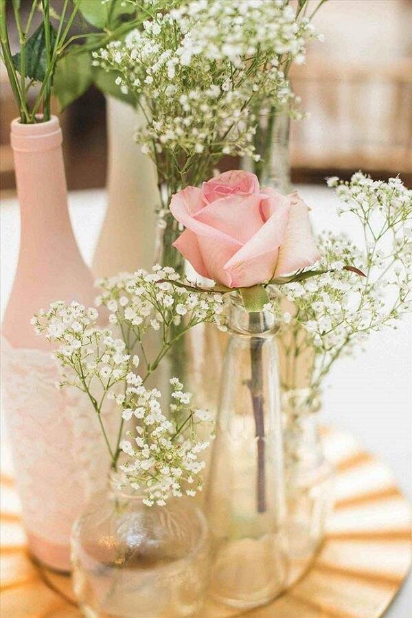 A rosa junto com a flor mosquitinho na garrafa pode compor um lindo arranjo de centro de mesa