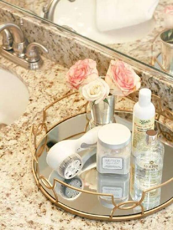 Acomode vasinho com flores sobre a bandeja para banheiro