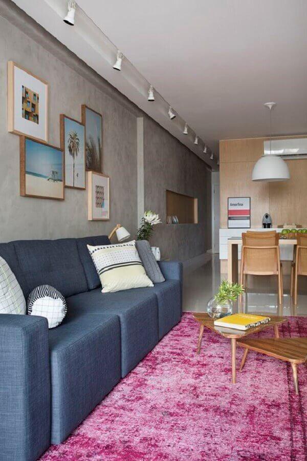 Apartamento jovem e atemporal com tapete rosa na sala