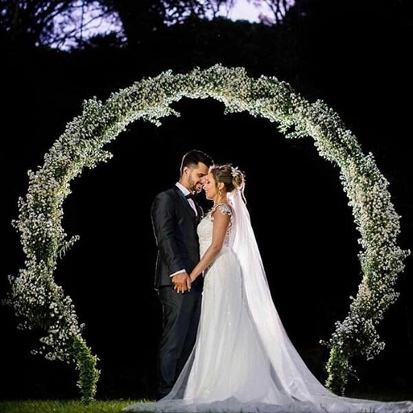 Arco feito com flor mosquitinho para festa de casamento
