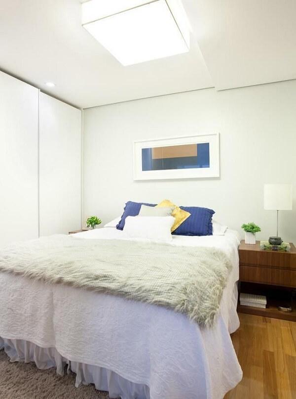 As almofadas coloridas trazem alegria para o quarto branco. Fonte: Liliana Zenaro