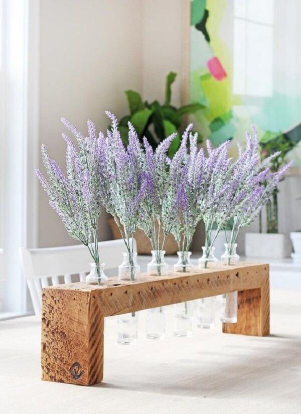 As lavandas decoram a mesa da sala de jantar