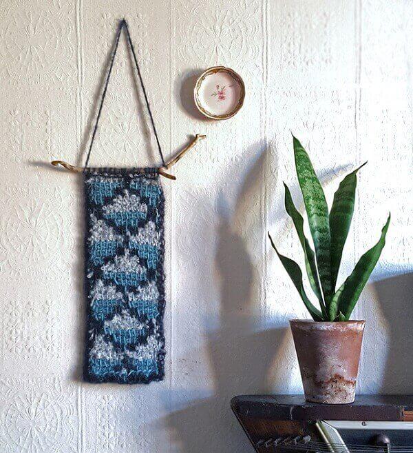As peças feitas em crochê tunisiano podem ficar expostas no ambiente