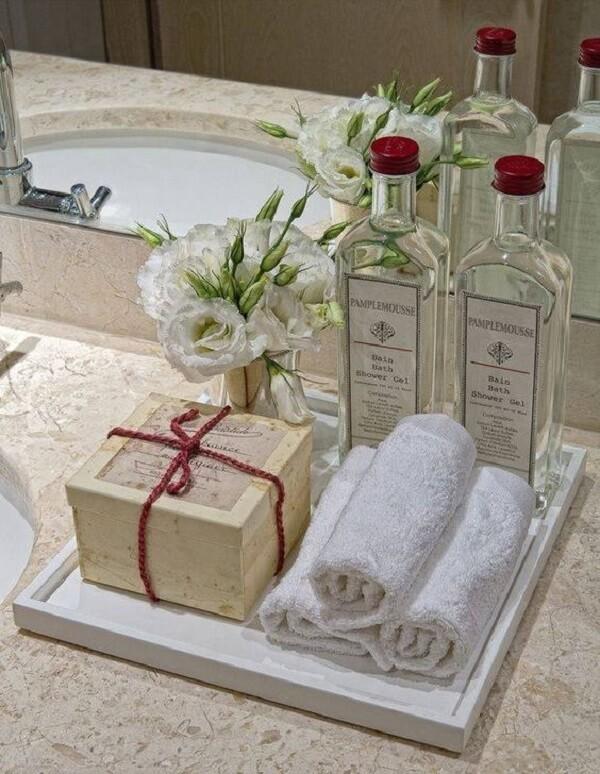 As toalhas de rosto podem ficar expostas sobre a bandeja para banheiro