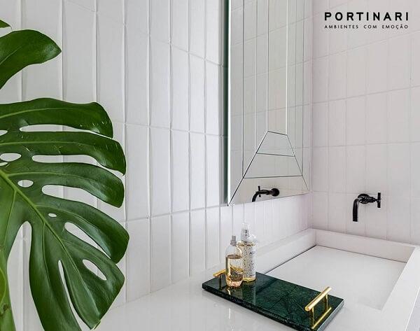 Bancada branca com cuba esculpida e bandeja para banheiro verde