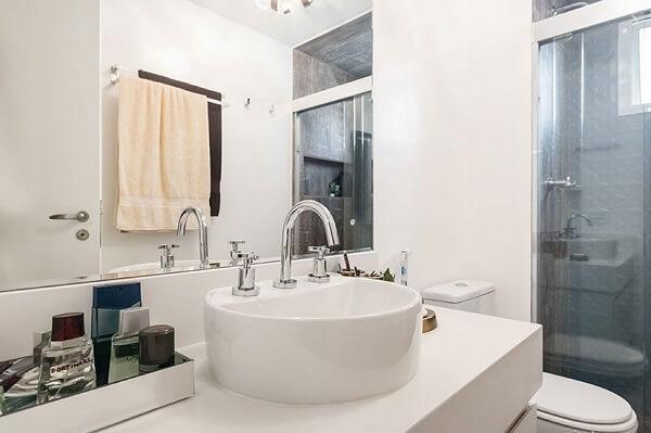 Bancada com cuba de apoio e bandeja para banheiro espelhada
