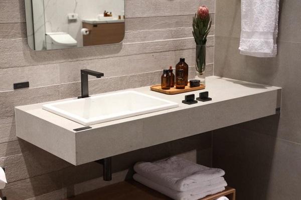 Bancada de porcelana com bandeja para banheiro de madeira