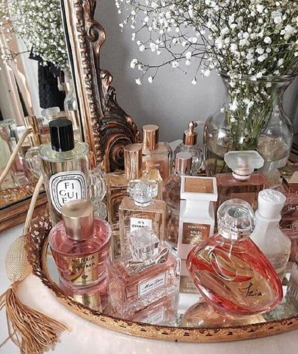 Organize os perfumes sobre a bandeja espelhada para banheiro