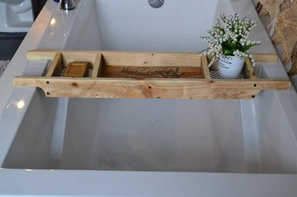 Bandeja para banheira acomoda diferentes itens