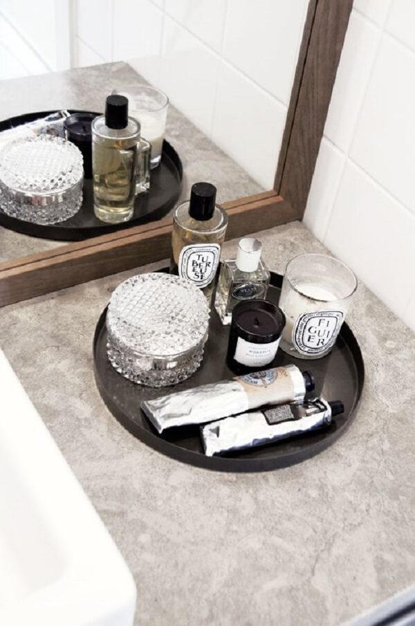Bandeja preta para banheiro em formato redondo