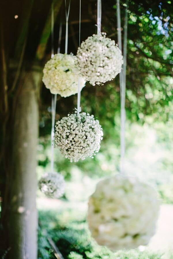 Bolas decorativas penduradas feitas com flor mosquitinho