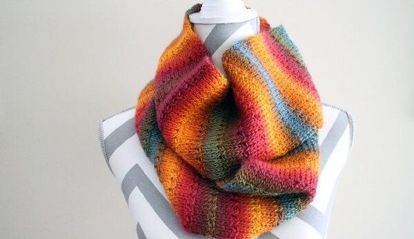 Cachecol colorido feita com a técnica de crochê tunisiano