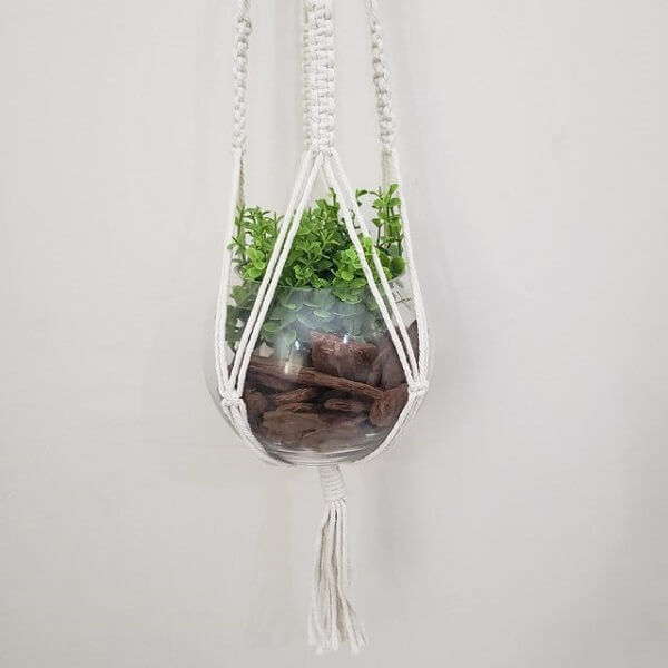 O macramê agrega valor na decoração do recipiente de vidro