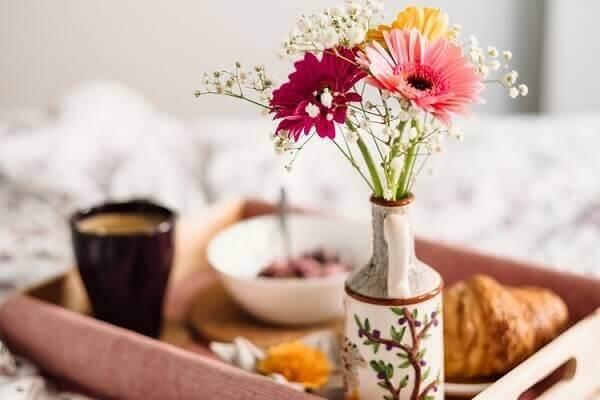 Café da manhã especial com flor mosquitinho e gérberas coloridas