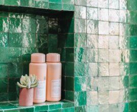 Cerâmica para banheiro em tom verde esmeralda. Fonte: Studio Diy
