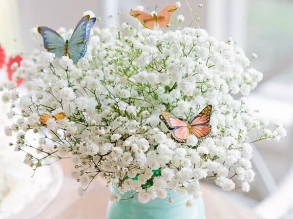 Complemente o arranjo de flor mosquitinho com borboletas de papel