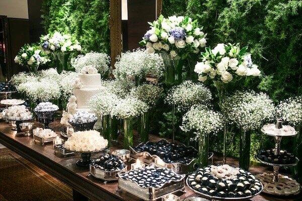 Decoração de casamento com flores mosquitinho e rosas