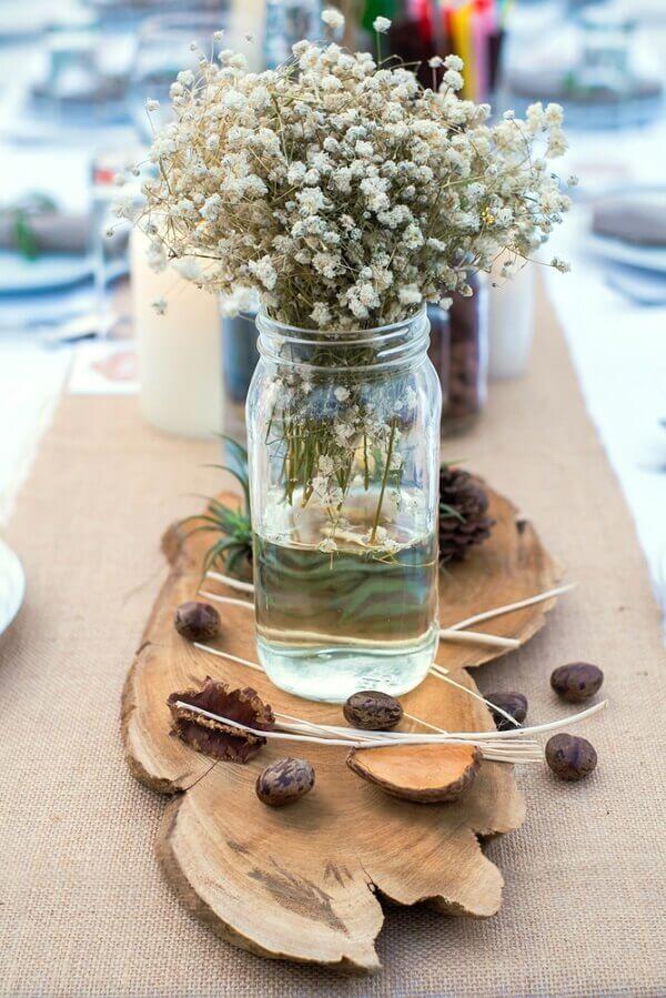Decoração rústica com pedaço de madeira e flor mosquitinho