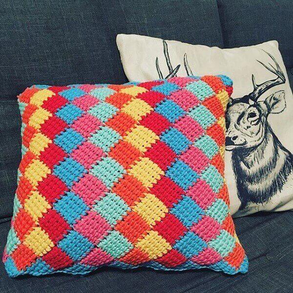 Decore o sofá com almofadas coloridas feitas em crochê tunisiano