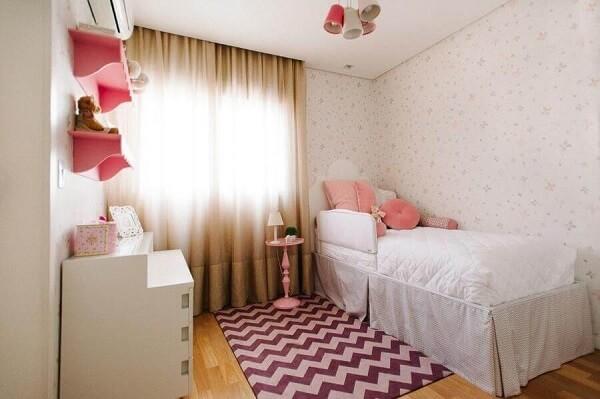 Delicada decoração de quarto de menina simples com tapete rosa chevron. Fonte: Codecorar